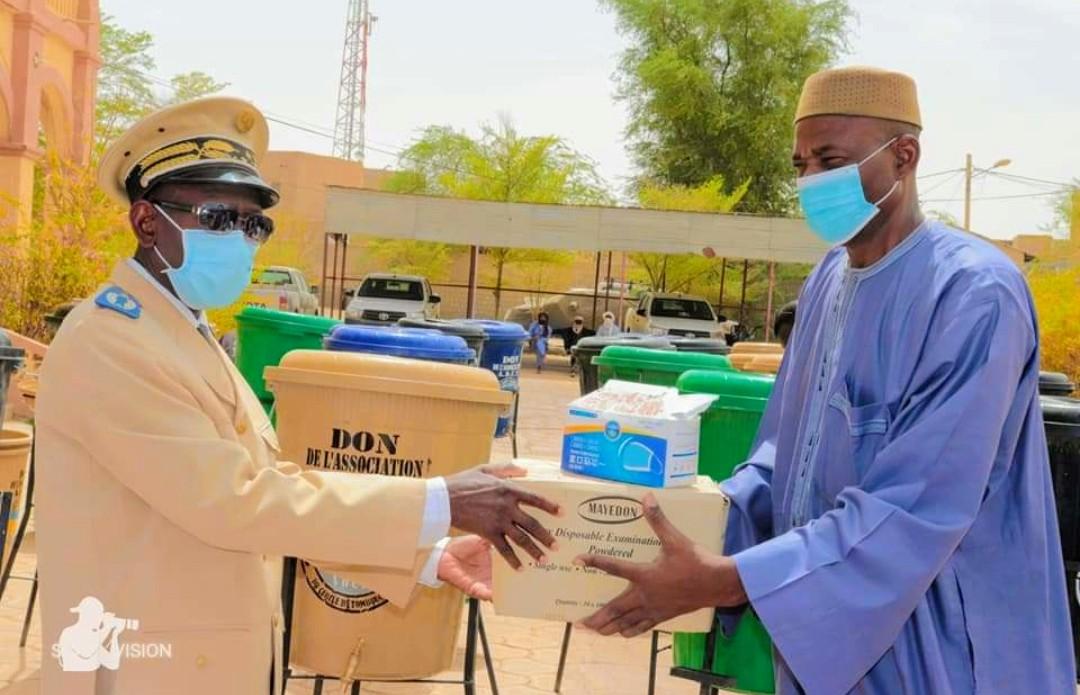 L'association pour le développement du cercle de Tombouctou amorce ses activités par une remise des kits de lutte contre la pandémie du coronavirus.